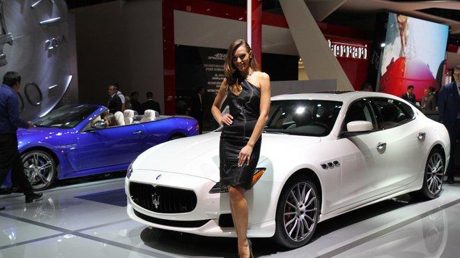 Photos les plus belles h tesses du mondial de l 39 automobile for Stand salon auto
