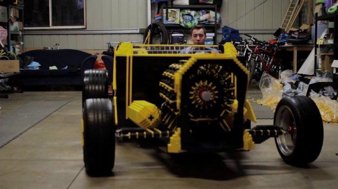 insolite une vraie voiture lego roulante automoto tf1. Black Bedroom Furniture Sets. Home Design Ideas